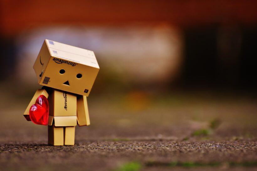 Hình ảnh người gỗ ôm trái tim buồn