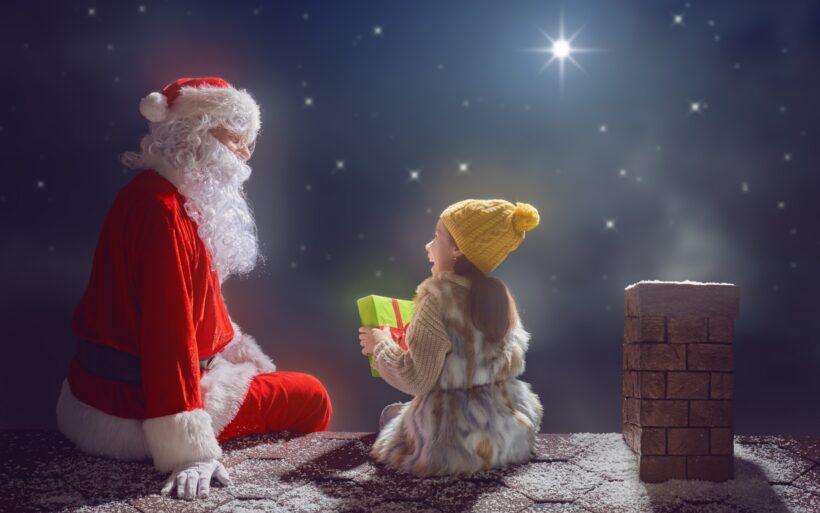 Hình ảnh ông già Noel phát quà cho bé gái
