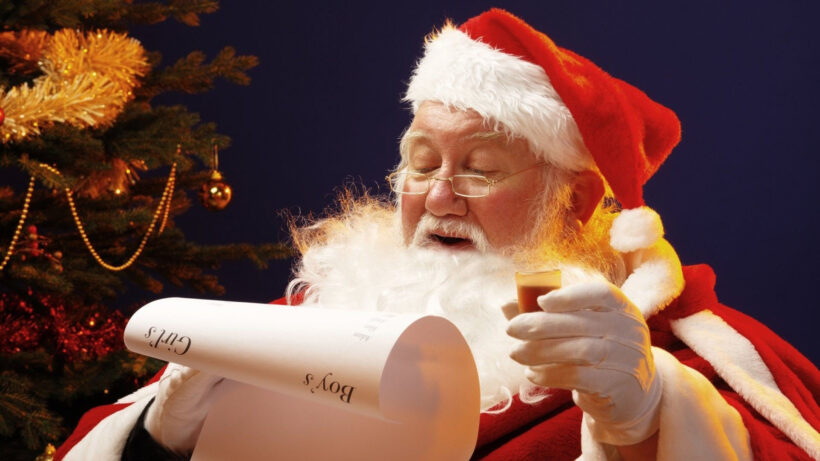 Hình ảnh ông già Noel và danh sách trẻ được phát quà