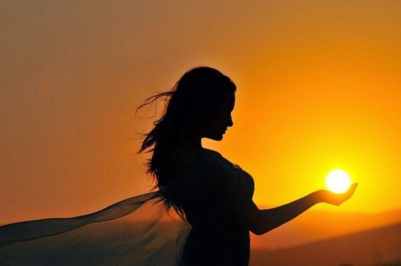 hình ảnh thiếu nữ tạo dáng với mặt trời