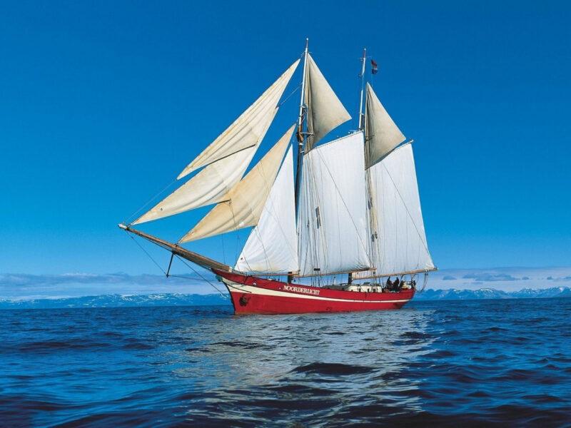 Hình ảnh thuyền buồm lúc sóng lặng yên