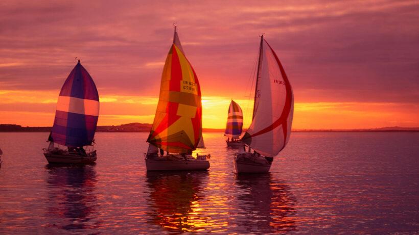 Hình ảnh thuyền buồm nhuộm đỏ màu hoàng hôn