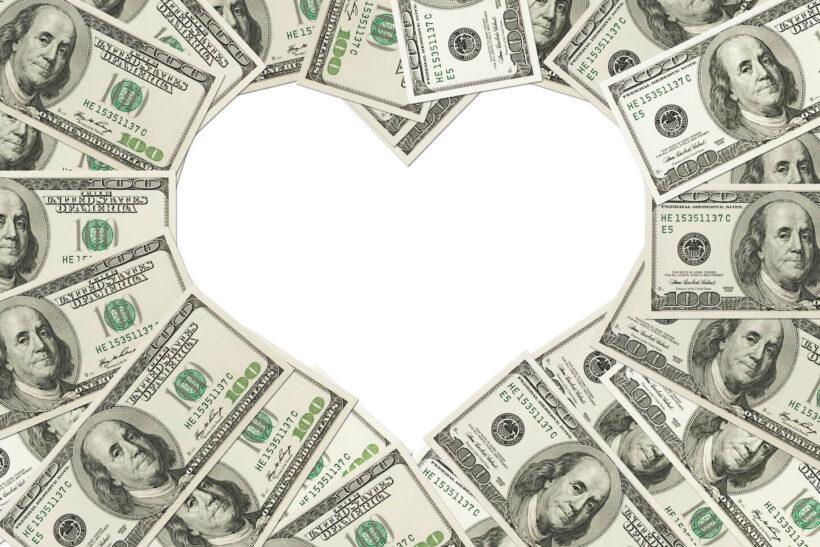 Hình ảnh tiền xếp thành hình trái tim