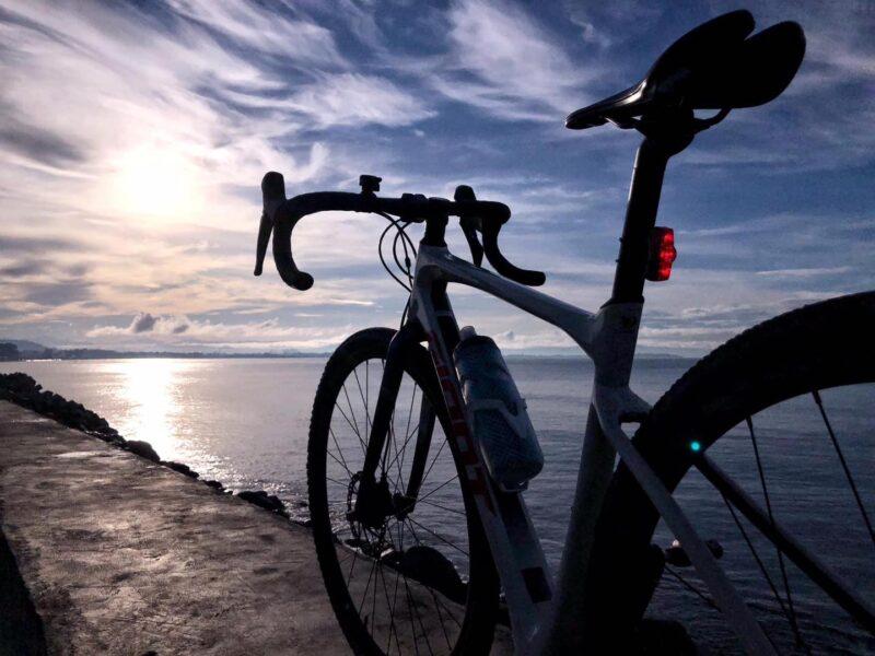 hình ảnh xe đạp trên eo biển hoàng hôn