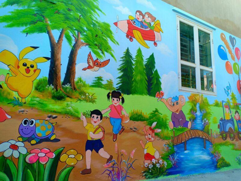 Tranh tường mầm non các bé vui vẻ đến trường