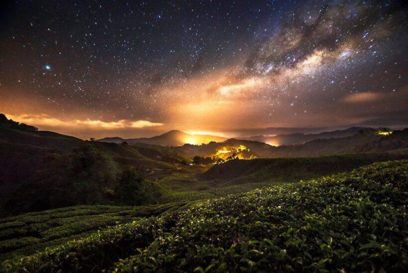 Ảnh bầu trời đêm đầy sao đẹp ở khu vực miền núi