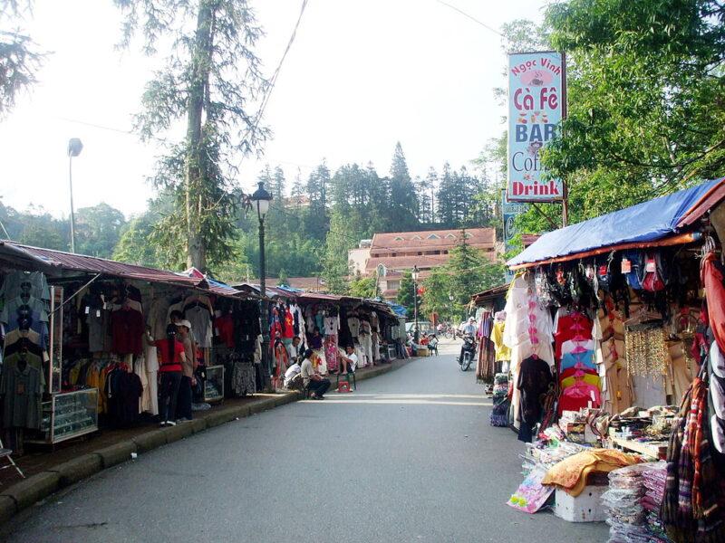 Chợ bán quần áo ở Sapa