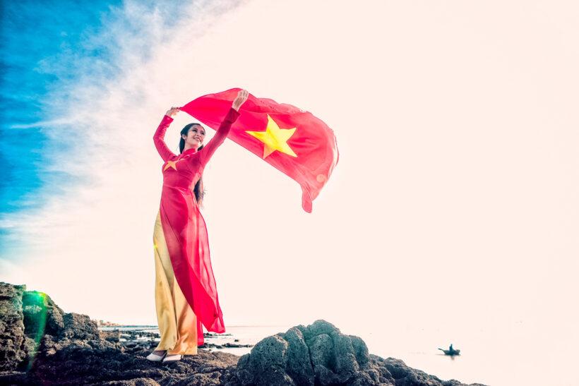 Hình ảnh áo dài cờ đỏ sao vàng