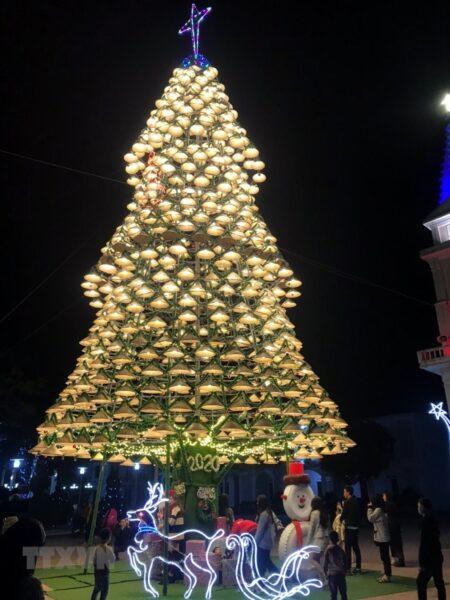 Hình ảnh cây thông Noel độc đáo được làm từ những chiếc nón lá