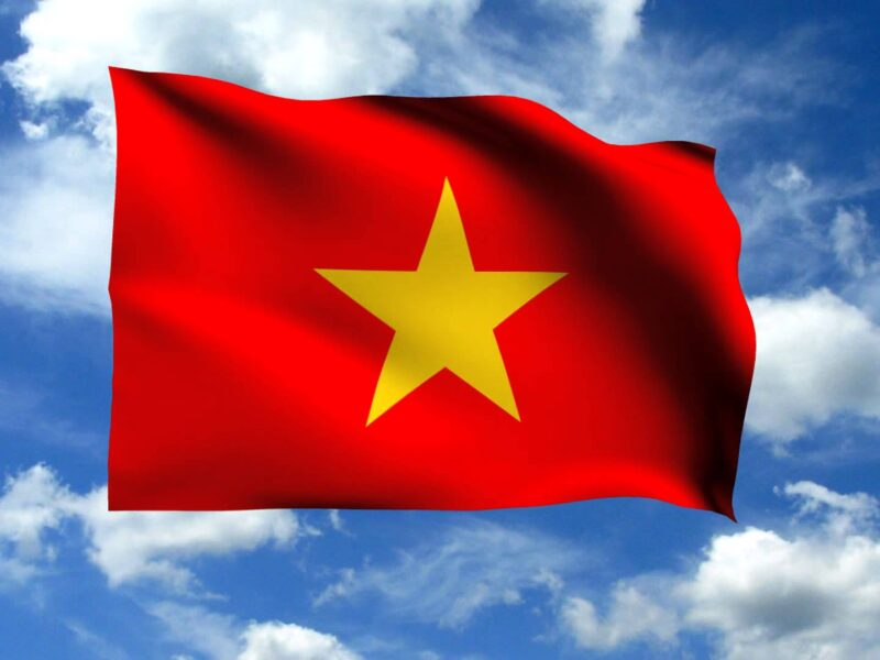 Hình ảnh cờ đỏ sao vàng giữa nền trời xanh