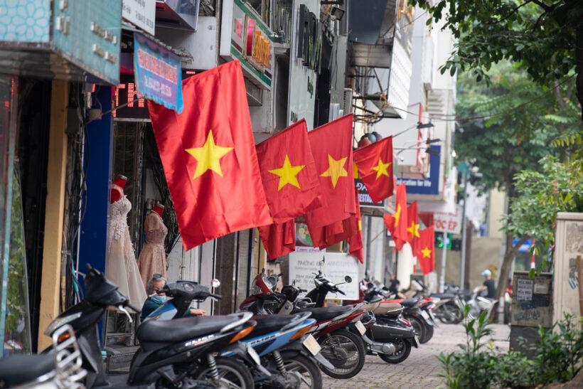 Hình ảnh cờ đỏ sao vàng rực rỡ ở mọi góc phố