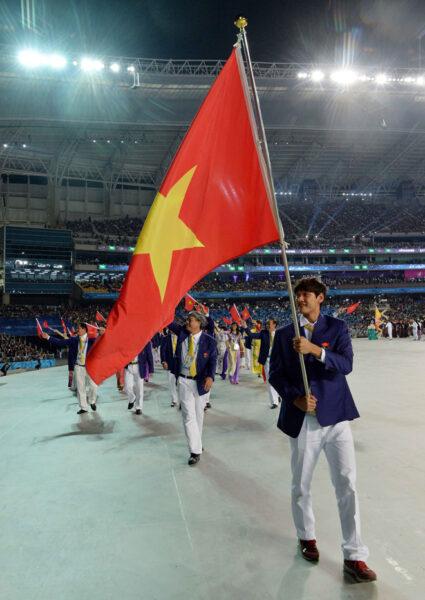 Hình ảnh cờ đỏ sao vàng tại đấu trường thể thao quốc tế