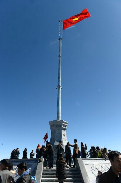 Hình ảnh cờ đỏ sao vàng trên đỉnh Fansipan