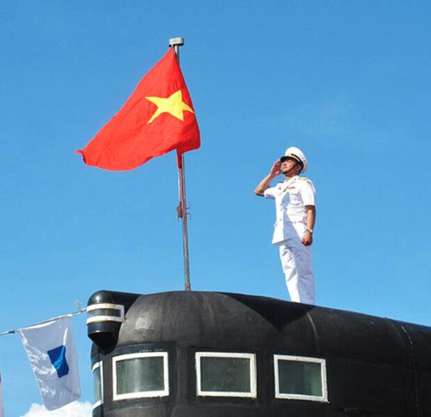Hình ảnh cờ đỏ sao vàng trên tàu ngầm