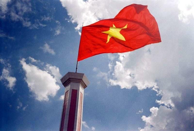 Hình ảnh cờ đỏ sao vàng tung bay trên cột cờ