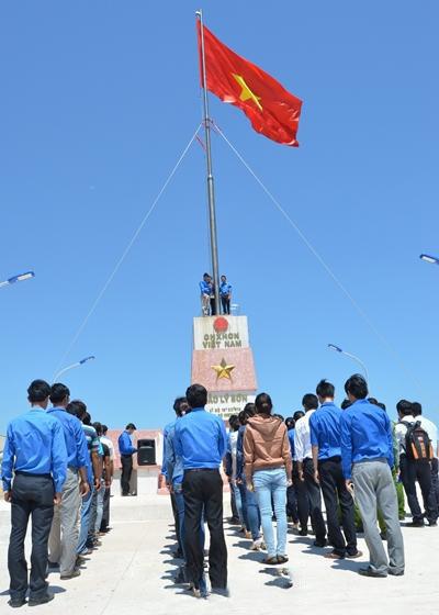 Hình ảnh cờ đỏ sao vàng tung bay trên đảo Lý Sơn