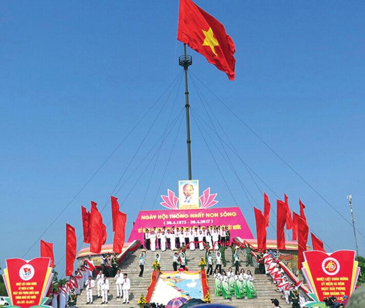 Hình ảnh cờ đỏ sao vàng tung bay trong ngày hội thống nhất non sông Việt Nam