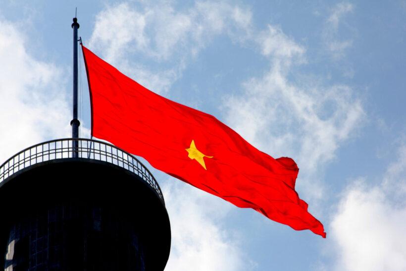 Hình ảnh cờ đỏ sao vàng tung bay trước gió