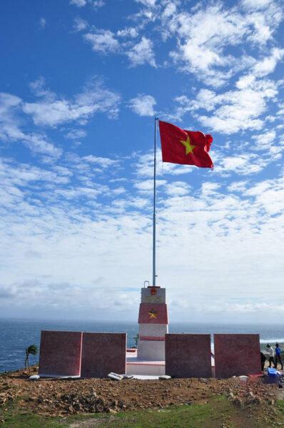 Hình ảnh cờ đỏ sao vàng Việt Nam hướng về biển đông