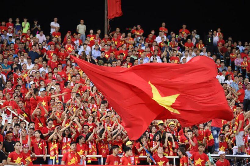 Hình ảnh cờ đỏ sao vàng Việt Nam trên khán đài
