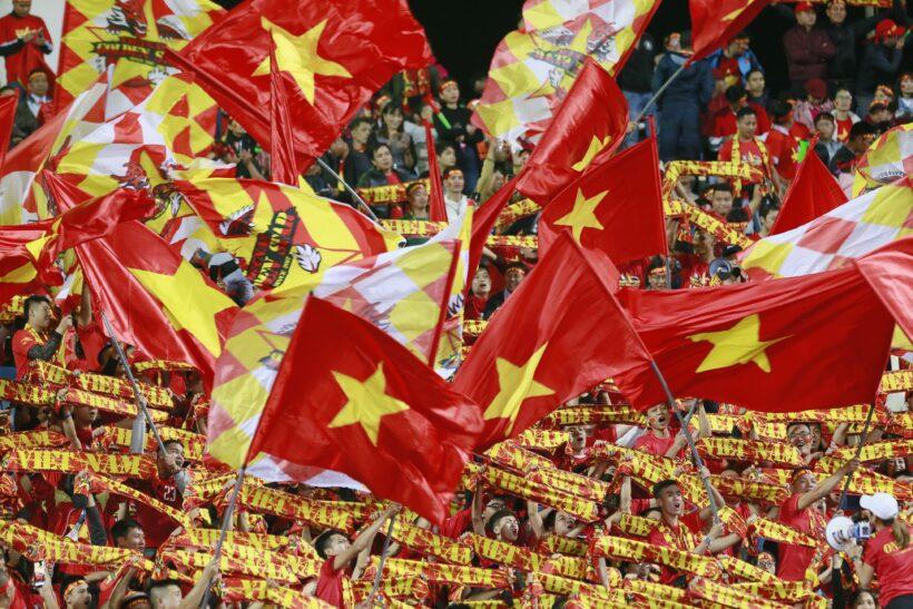 Hình ảnh những cờ đỏ sao vàng rực rỡ trong khán đài