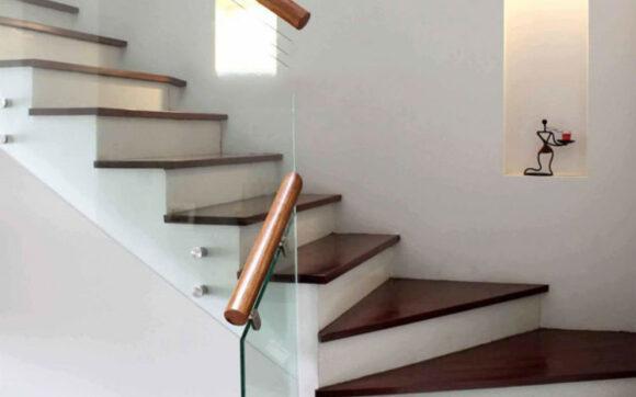 Hình ảnh cầu thang gỗ có lan can bàng kính cường lực đẹp