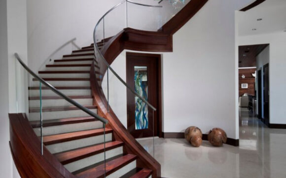 Hình ảnh cầu thang gỗ kết hợp lan can bằng kính đẹp