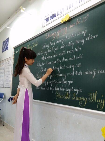 Hình ảnh cô giáo mặc áo dài