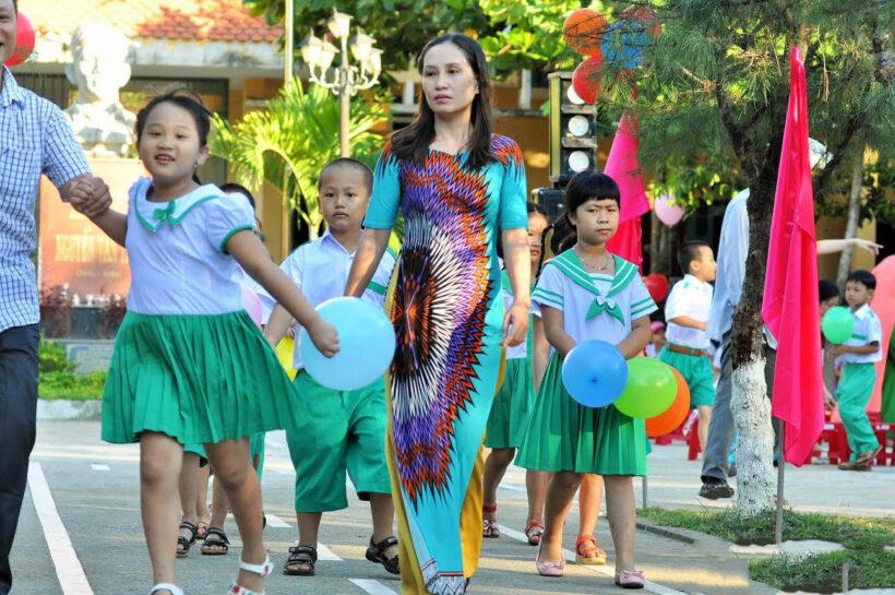 Hình ảnh cô giáo và các em học sinh