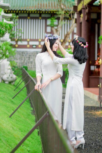 Hình ảnh đôi bạn thân nữ sinh áo trắng