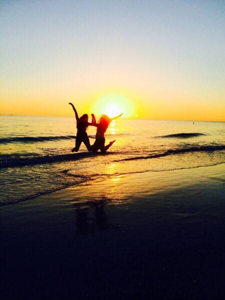 Hình ảnh đôi bạn thân trên bãi biển