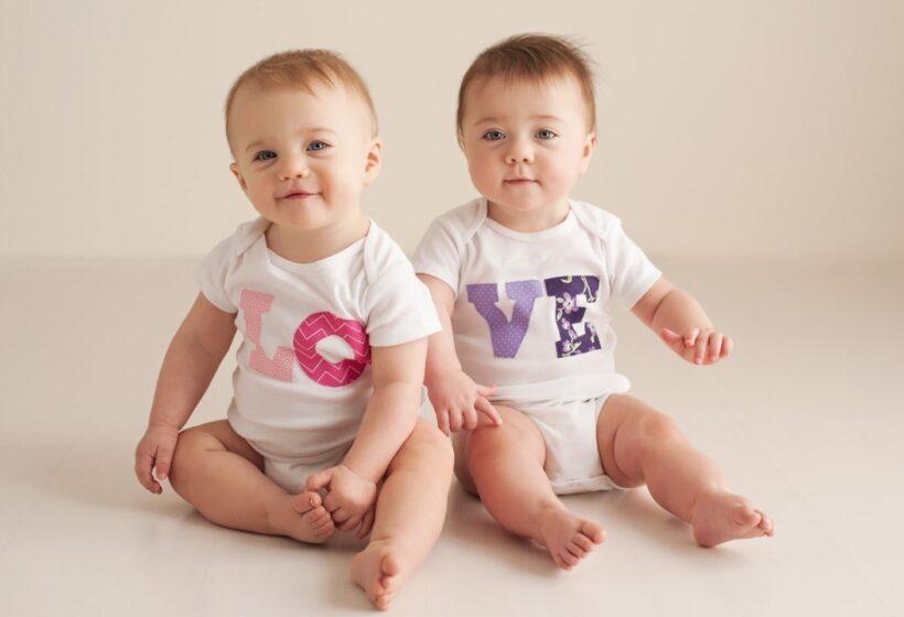 Hình ảnh hai em bé dễ thương