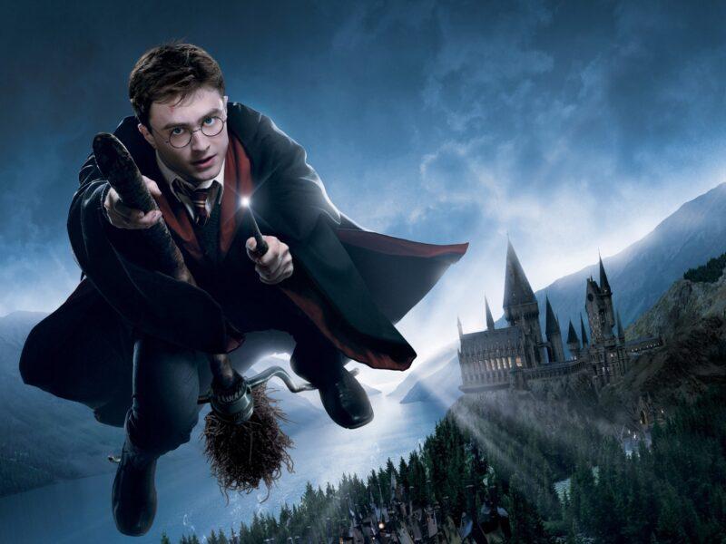 Hình ảnh Hary Potter cưới chổi bay