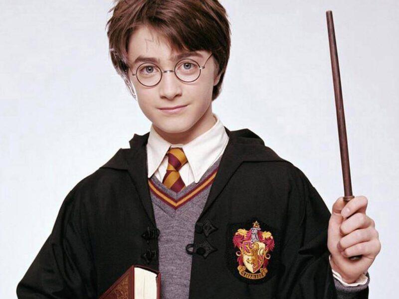Hình ảnh Hary Potter ngày bé và đũa thần