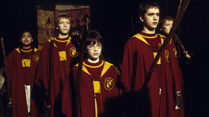 Hình ảnh Hary Potter với bộ trang phục đỏ