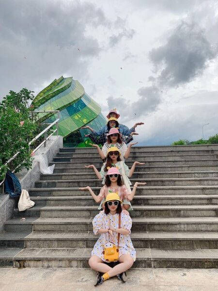 Hình ảnh nhóm bạn thân đi du lịch