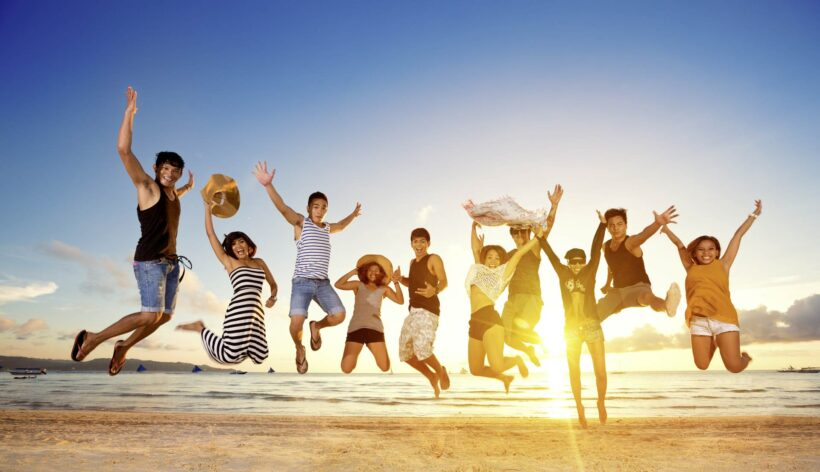 Hình ảnh nhóm bạn thân trên bãi biển