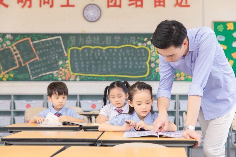 Hình ảnh thầy cô giáo chỉ bài cho học sinh