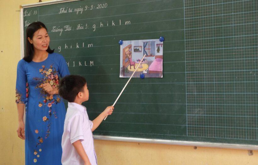Hình ảnh thầy cô giáo đang giảng bài