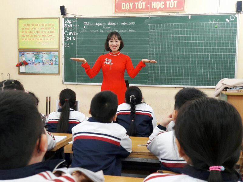 Hình ảnh thầy cô giáo đang giảng bài đẹp