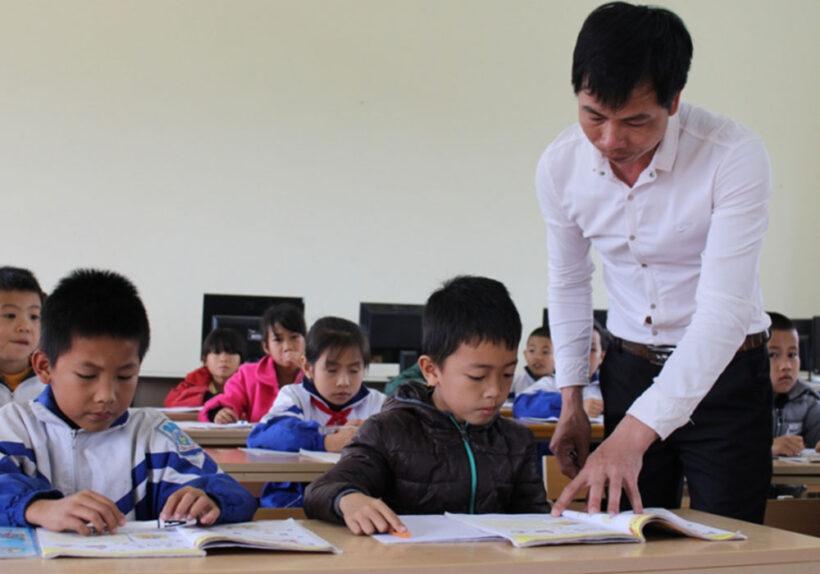 Hình ảnh thầy cô giáo giảng bài cho học sinh