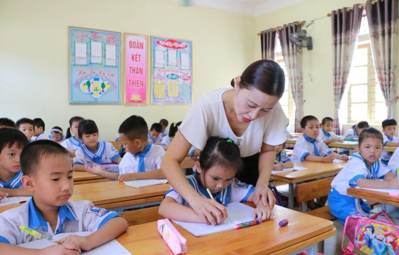 Hình ảnh thầy cô giáo hướng dẫn học sinh viết