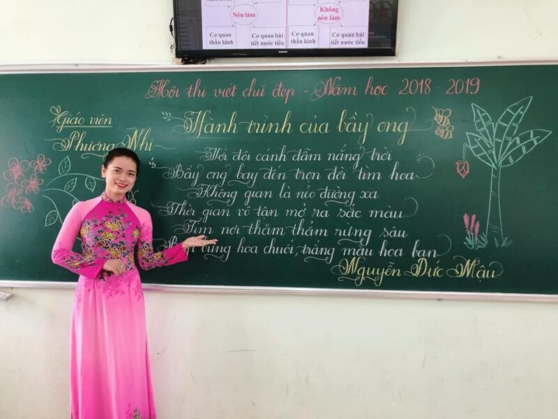 Hình ảnh thầy cô giáo thi viết chữ đẹp