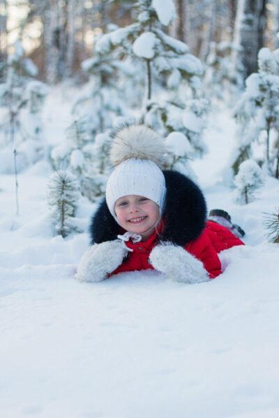 hình ảnh trẻ em chơi đùa trên tuyết