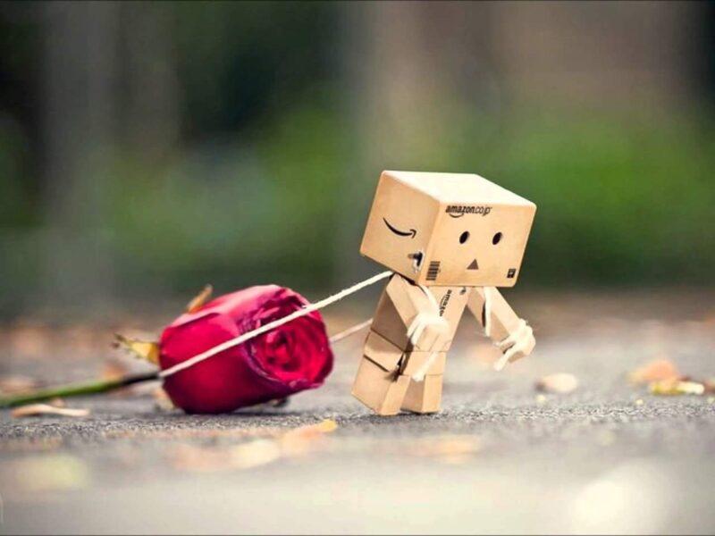 Hình ảnh Valentine buồn, người gỗ kéo bông hoa hồng nặng nề