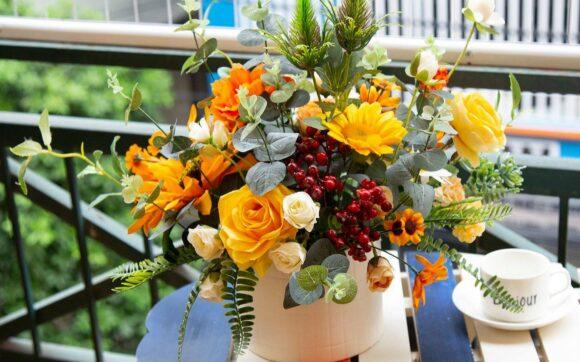 Mẫu hoa để bàn trong quán cà phê