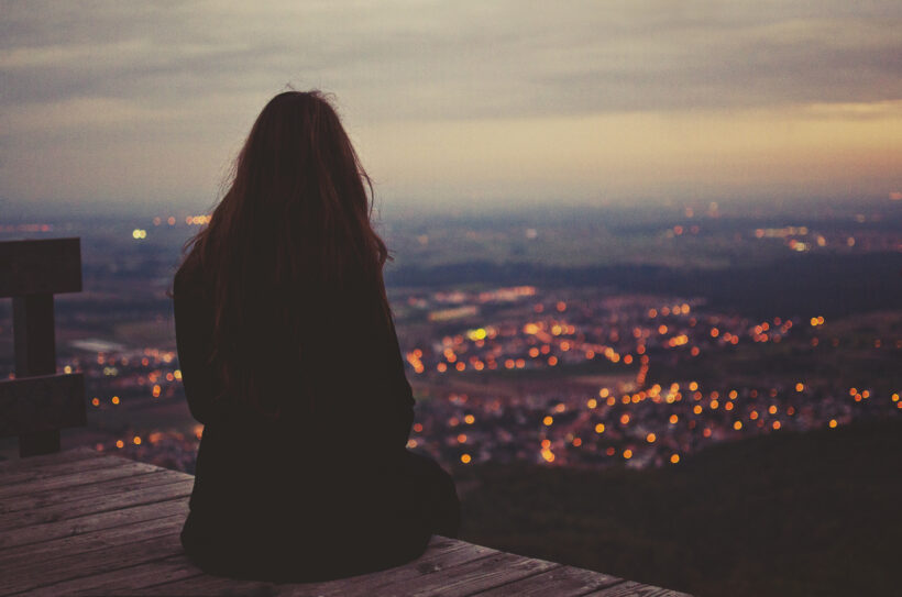 Hình ảnh cô gái buồn ngồi một mình