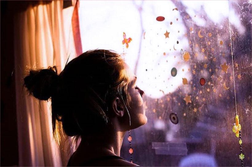 Hình ảnh cô gái buồn nhìn qua cửa sổ