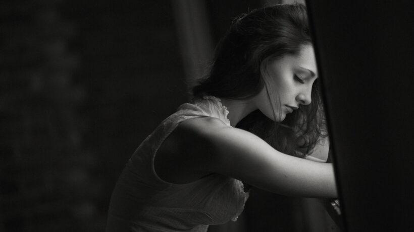 Hình ảnh cô gái buồn trắng đen