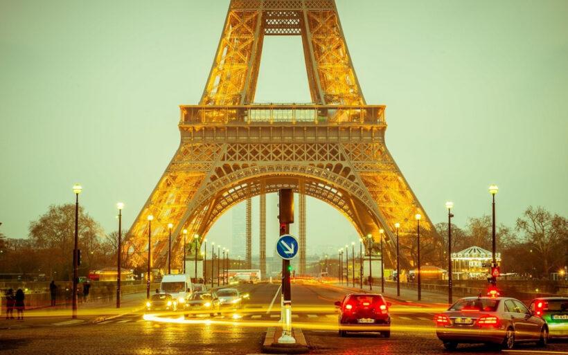 Hình ảnh ở chân tháp Eiffel